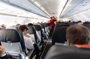 Kabine einer Embraer 190 während des Bordservice