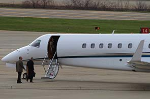 Passagiere beim Boarden eines Privatjets