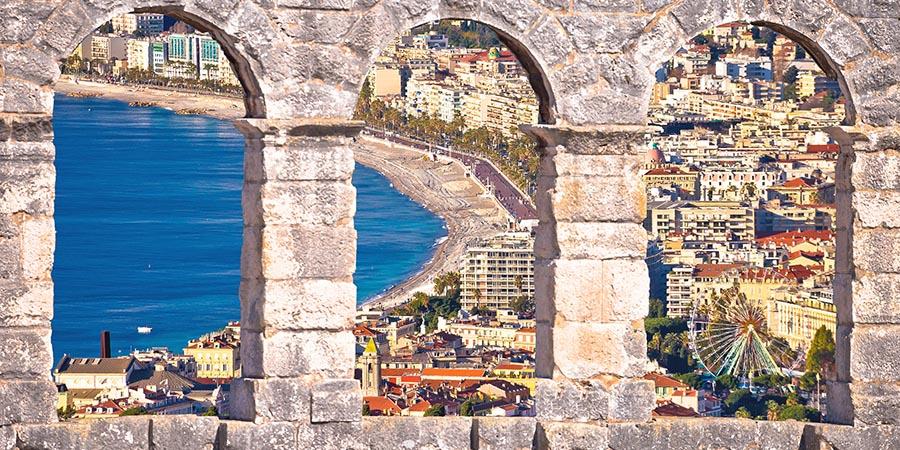Blick vom Hafen auf die Altstadt von Nizza
